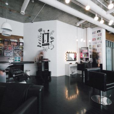 Просторный парикмахерский зал
